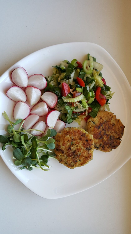 Žuvies kotletai su šviežiomis daržovėmis