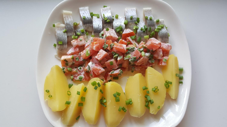Silkė su bulvėmis, pomidorais
