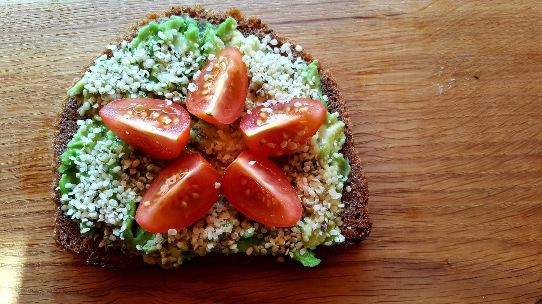 Visagrūdės duonos sumuštinis su avokadu, pomidoru, kanapių sėklomis