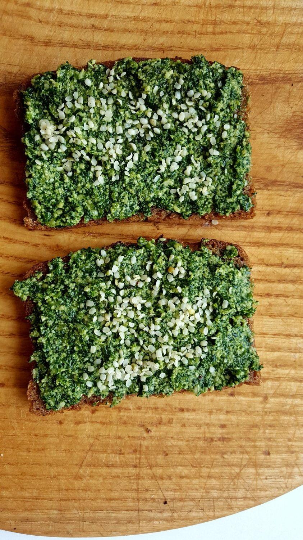 Visagrūdės duonos sumuštinis su krapų pesto, kanapių sėklomis.