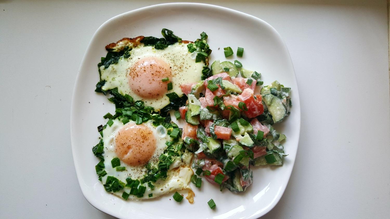 Kepti kiaušiniai su pomidorų, agurkų salotomis vakarienei