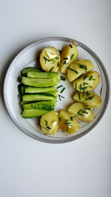 Šviežios bulvės su sviestu šviežiai raugtais agurkais