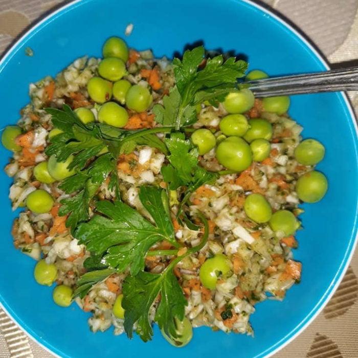 Kopūstų salotos su morkomis, žirneliais