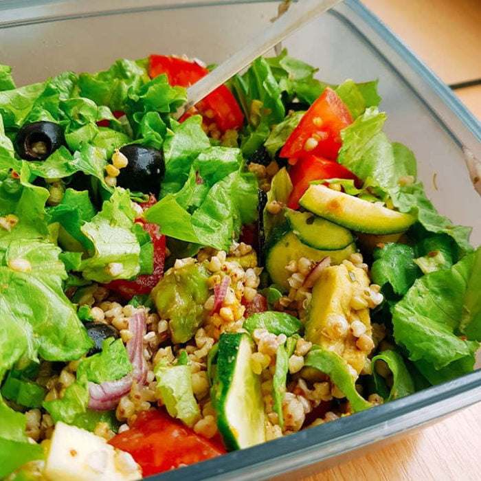 Salotos su grikiais - pietūs dėžutėje į darbą - sveiki receptai