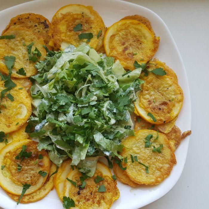 Kepti cukinijų griežinėliai su daržovėmis vakarienei