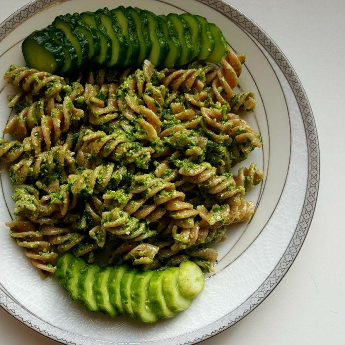 Pilno grūdo makaronai su petražolių pesto ir šviežiai raugtu agurku