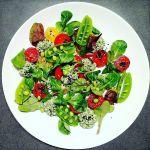 Krapų pesto varškė su pomidorais ir salotų lapais