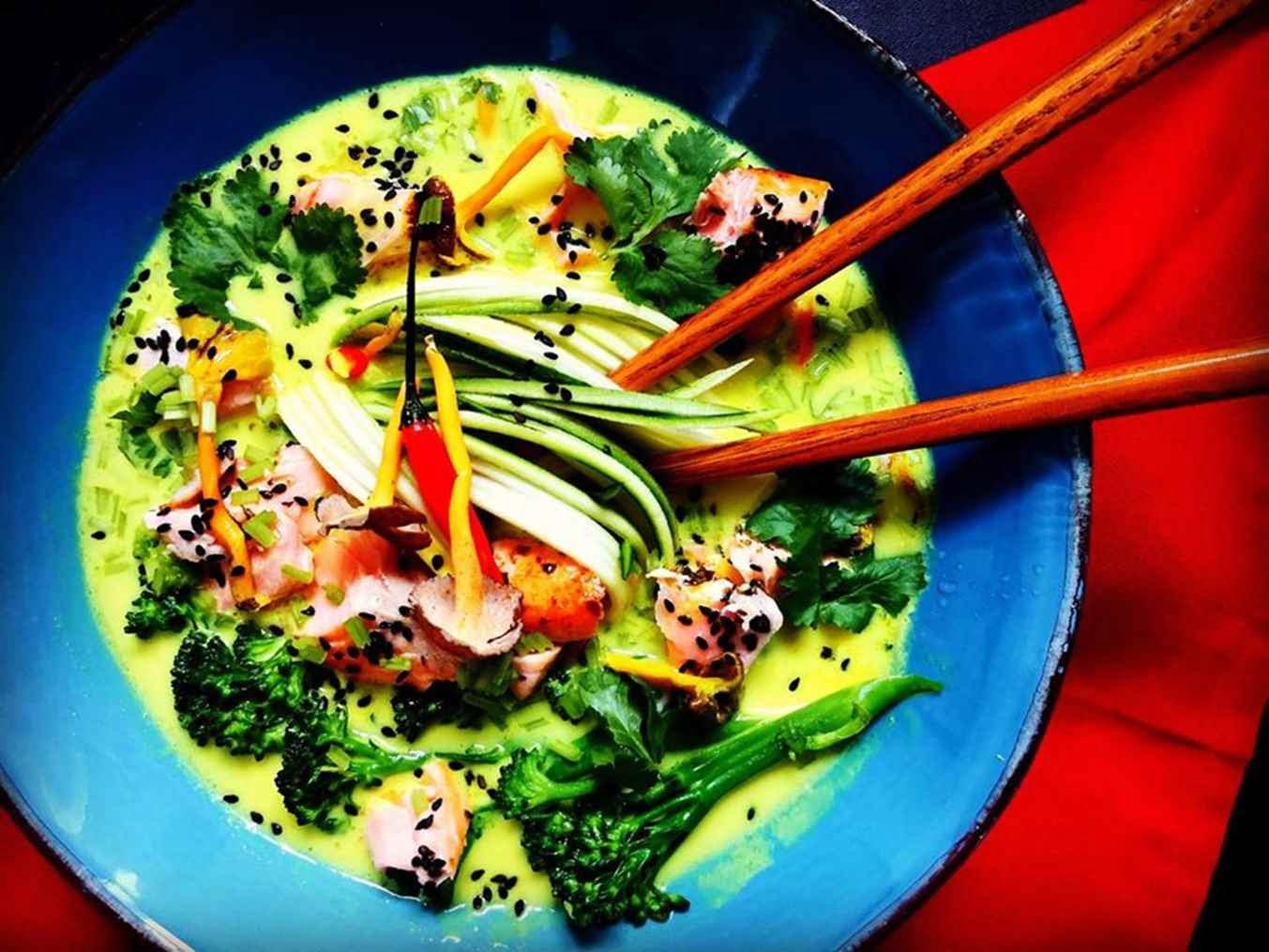 Thai stiliaus sriuba su čili pipirais, imbieru ir lašiša