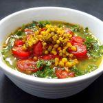 Spindulinių pupuolių (mung pupelių) sriuba su pomidorais
