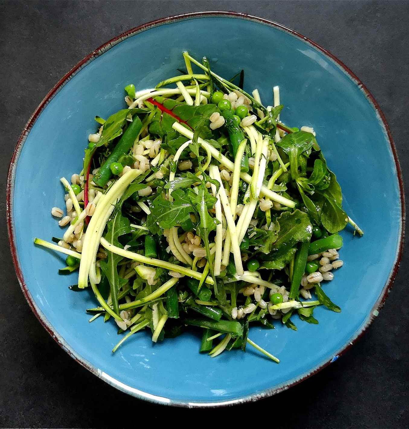 Perlinių kruopų salotos su cukinija, šparaginėmis pupelėmis