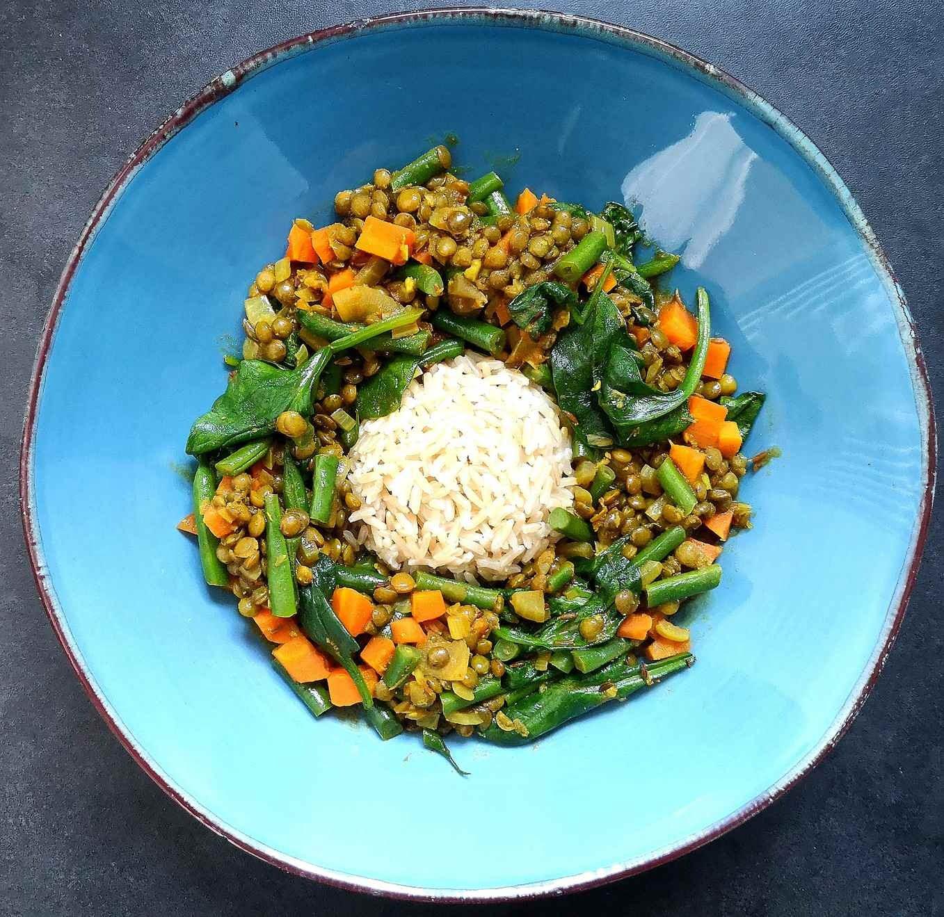 Žaliųjų lęšių troškinys – karis su natūraliais ryžiais