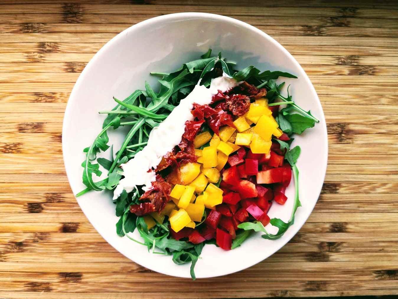 Salotos: raudonoji paprika, gražgarstė, džiovinti pomidorai vakarienei