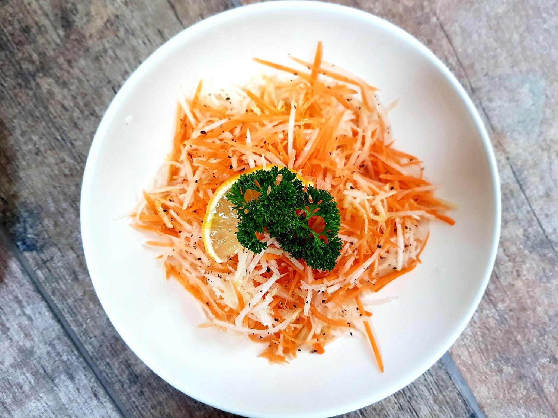 Kaliaropių ir morkų salotos su ypač tyru alyvuogių aliejumi