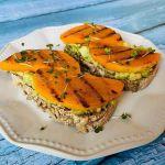 Grikių duonos sumuštinis su avokadu ir sviestiniu moliūgu
