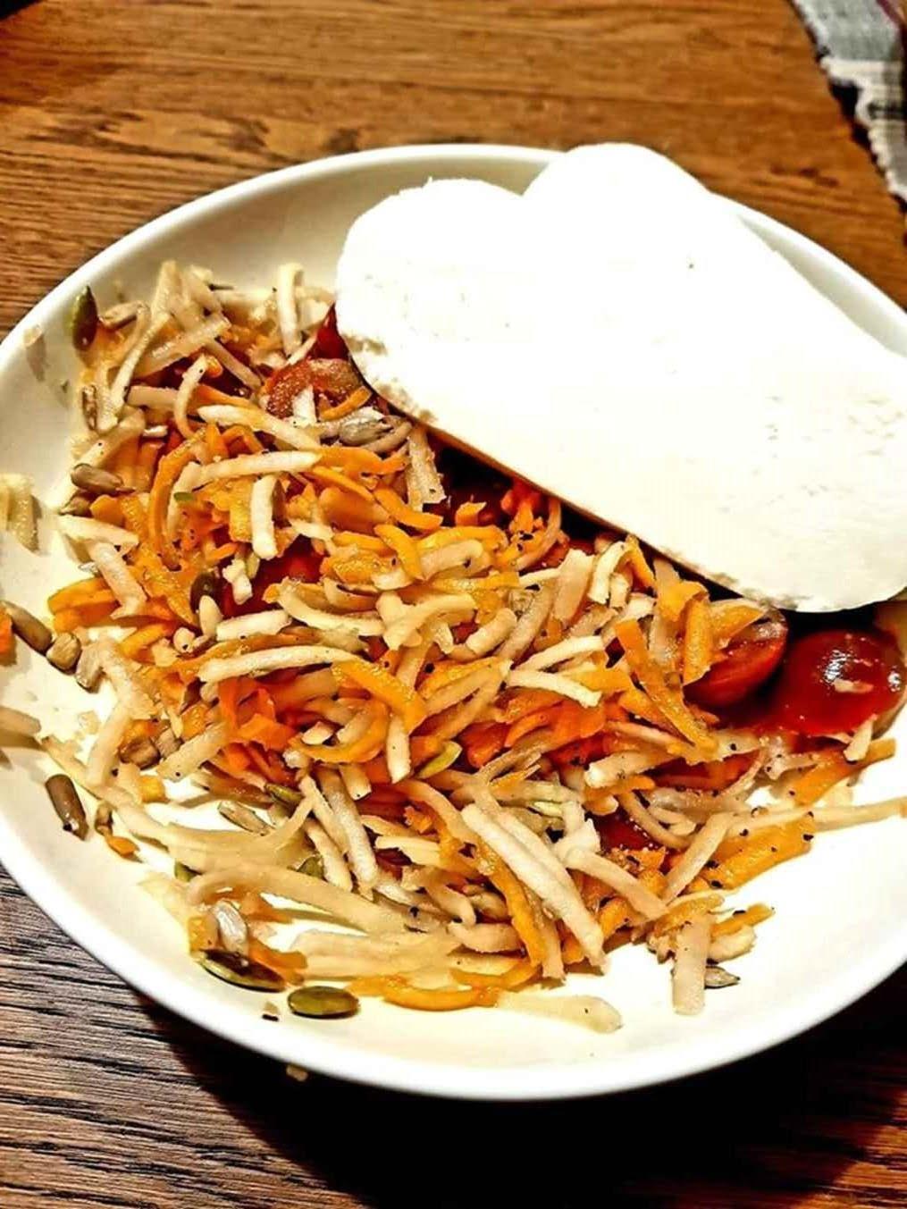 Salotos iš topinambų, morkų, pomidorų