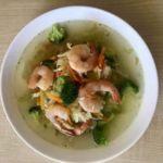 Greitai paruošiama, įvairių daržovių sriuba su krevetėmis
